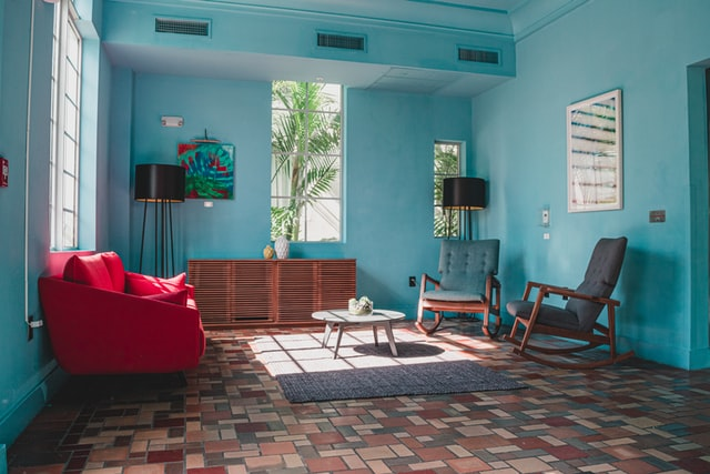 Een aqua blauwe muur: breng deze seizoenskleur naar jouw interieur